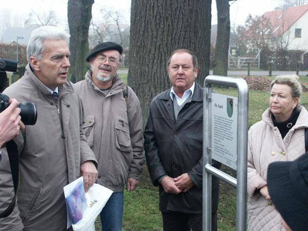 """Einweihung der ersten Tafel der """"Leegebrucher Tafelrunde"""" am 27. November 2003"""