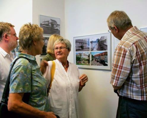 Ulrike Unger erklaert die Fotoausstellung in Lengerich