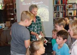 Spannende Ortsgeschichte: Ulrike Unger vom Geschichtsverein erzählt Kindern über die Leegebrucher Geschichte (Foto: privat)