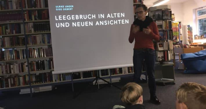 Bibliothekarin Babett Wiechmann erklärt den Kindern, was sie im anschließenden Bildvortrag erwartet. (Foto: Giso Siebert)