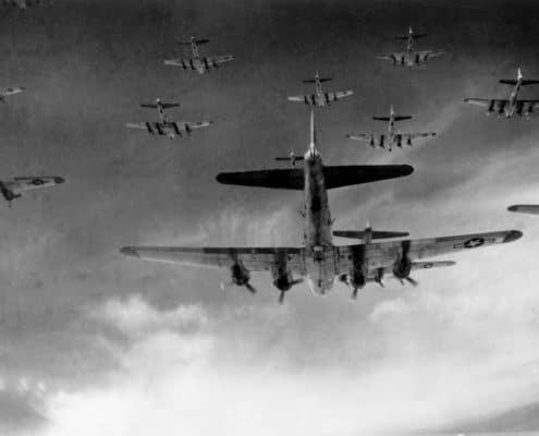 Symbolbild: Eine Formation amerikanischer B17-Bomber, hier im Anflug auf Neumünster am 8. April 1945. So könnte es aber auch bei Angriffen in unserer Region ausgesehen haben (Quelle: wikipedia)
