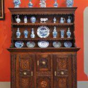 Barockschrank 17. Jahrhundert mit Fayencen 18. Jahrhundert © Kreismuseum Oranienburg