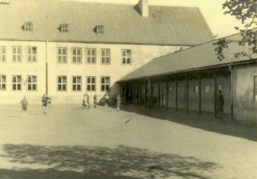 1953: Schule mit Toilettentrakt im Zwischengebäude