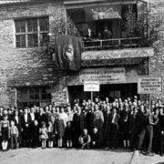 Maikundgebung in der 1950er Jahren. Interessantes Detail in der Bildmitte: Unter einem SED-Banner schwenkt ein Mitarbeiter die aus Nixdorf herübergerettete Fahne des dortigen Arbeiter-Turnvereins.