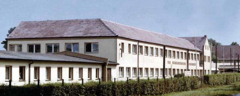 Das Hauptgebäude des Unternehmes begrüßte lange Jahre die nach Leegebruch kommenden Gäste und Einheimische. Es war Aushängeschild der Hauptzufahrtstraße.
