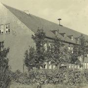Schule mit geschwärzter Fassade unmittelbar nach dem Krieg