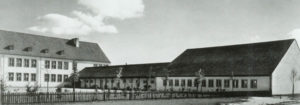 Schule_Verbindungsgebäude-mit-Turnhalle