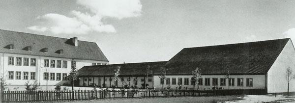 Schule: Verbindungsgebäude mit Turnhalle
