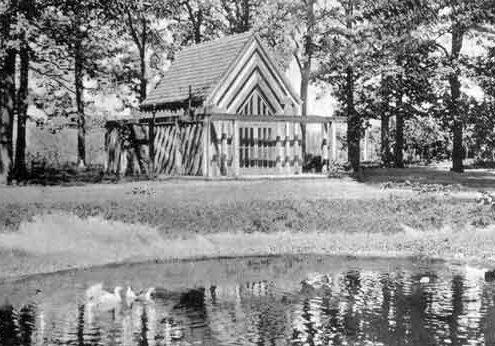 Die Alte Kapelle, hier aus den Anfangsjahren noch mit vorgelagerten Löschwasserteich.