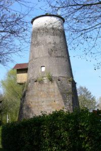 Die Knemühle ist ein Wahrzeichen von Hohne. Sie war über Jahrhunderte eine seltene Kombination von Wind- und Wassermühle. Ihre Entstehungsgeschichte reicht bis ca. 1200 zurück. Den Namen hat sie wahrscheinlich aufgrund ihrer Lage an einem Knick, einem Knie (Kne?) des Mühlenbaches, an dem auch ein Stauteich angelegt werden konnte. Erst wurde nur eine Wassermühle, nach 1774 zusätzlich eine Windmühle betrieben. Im Jahre 1970 wurde der Mühlenbetrieb eingestellt. (Foto: Dr. Gabriele Böhm)
