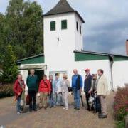 Heimatfreunde aus Lengerich während des Ortsrundganges vor der evangelischen Kirche