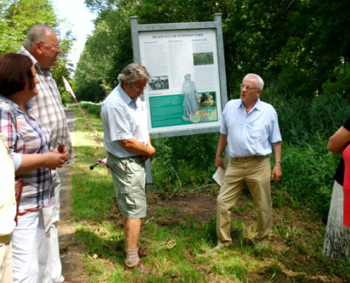 Mitglieder des Geschichtsvereins folgen den Erklärungen des Heimatforschers Dr. Gerd Kley (Foto: Ulrike Unger)