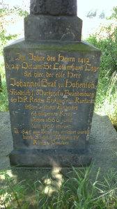 Inschrift auf dem Sockel des Sühnekreuzes. (Foto: Ulrike Unger)