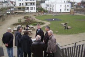 Der Leegebrucher Delegation werden Details zum Generationenpark Gempt vermittelt.