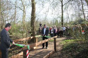 Die Bürgermeister Müller und Prigge weihen eine neue Holzbrücke ein