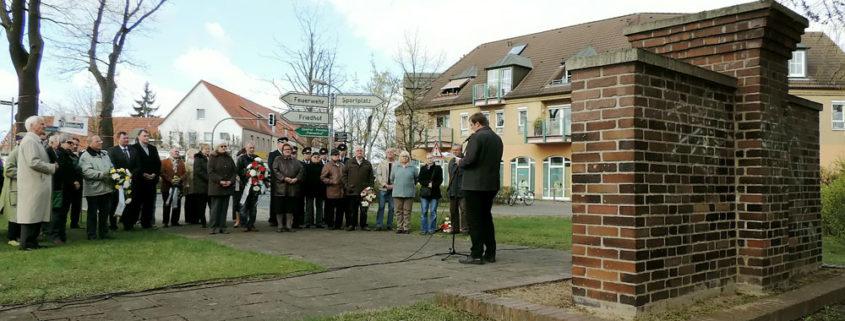 Teilnehmer der Gedenkveranstaltung am 18. April 2015, Foto: Hajo Eckert
