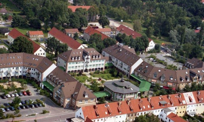 Eichenhof: Ortszentrum mit Rathaus und Ladenzeile (2002)