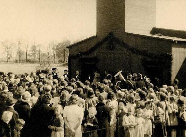 Einweihung der Evangelischen Kirche am 25. April 1948 vor der neuen Kirche