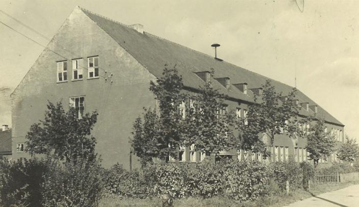 neue Schule mit schwarzem Tarnanstrich, 1945