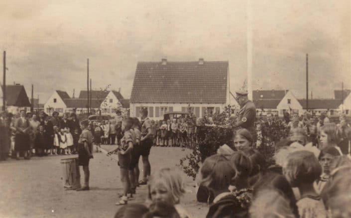 Fahnenappell auf dem Schulhof 1938