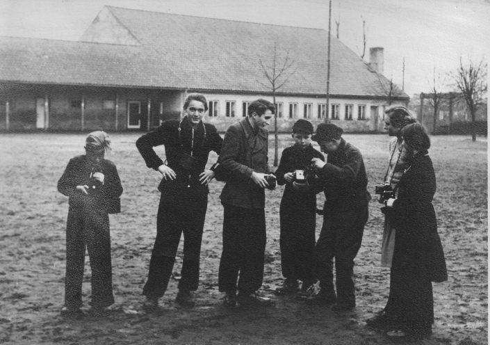 AG Fotografie auf dem Schulhof Mitte 1950er Jahre
