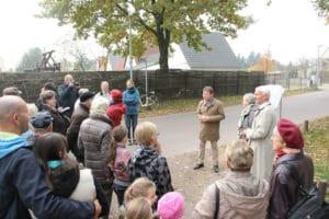 """Zahlreiche Gäste fanden sich zur Einweihung der 15. Tafel der """"Leegebrucher Tafelrunde"""" am 30. Oktober 2015 ein. (Foto: Giso Siebert)"""