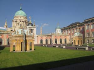 Im Innenhof: Kunst am Bau, zwei illusionistische Pavillons, abgeleitet aus dem Zentraloval des Schlosses Sanssouci (Foto: privat)