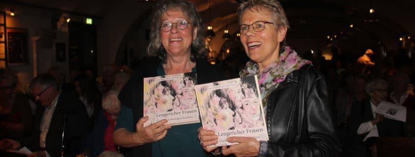 Die beiden Herausgeberinnen Ingrid Rolfes (links) und Helgard Weiß vom Arbeitskreis Geschichte beim Heimatverein Lengerich mit dem druckfrischen Buch (Foto: Liane Protzmann)