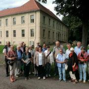 Mitglieder des Geschichtsvereins mit deren Gästen aus Lengerich vor dem Schloss Schwante (Foto: Hajo Eckert)