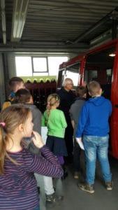 Die HistoryKids in der Feuerwehr: Waldemar Zillig erklärt den HistoryKids die heutige Feuerwehrtechnik (Foto: Babett Wiechmann)