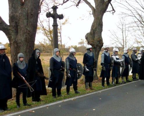 Im Jahr 2012 erinnerten Ritter am Originalschauplatz an den 600sten Jahrestag der Schlacht am Kremmener Damm (Sühnekreuz und Gedenktafel auf der Straße zwischen Sommerfeld und Kremmen). Nach dieser Schlacht von 1412 war Schluss mit den Raubrittern (Foto: Ulrike Unger)