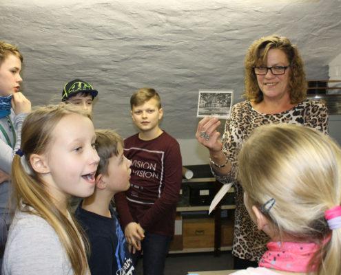 HistoryKids: Besuch im Depot des Kreismuseums. Manuela Vehma zeigt ein altes Foto aus Leegebruch und erläutert, was das Kreismuseum warum sammelt (Foto: Babett Wiechmann)