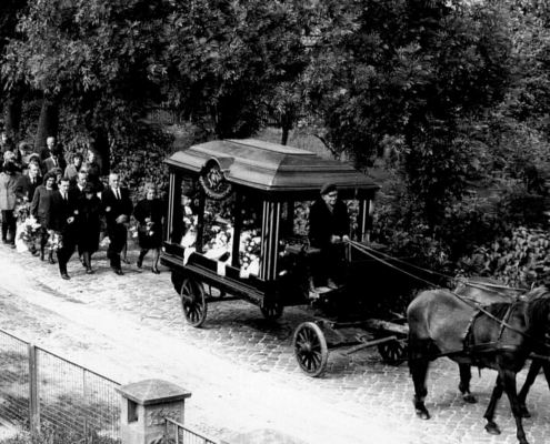 Bis in die 1970er Jahre rumpelte die Leichenkutsche von der Alten Kapelle über das grobe historische Pflaster der Havelhausener Straße zum Friedhof. (Foto: Archiv Geschichtsverein Leegebruch)