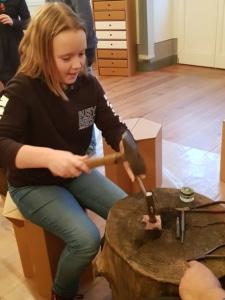 Valeska hat sichtlich Freude beim Treiben der Kupferplatte