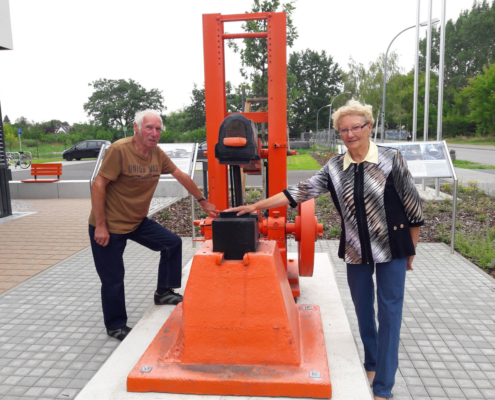 Wo einst bei laufendem Betrieb Klingen platt und in Form geklopft wurden, kann Helga Ass heute unbesorgt ihre Hand ablegen. Wolfgang Bluhm (links) zeigt, wo Gleitlager geschmiert wurden. (Foto: Ulrike Unger)
