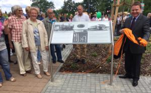 """Selbstverständlich war Helga Ass dabei, als """"ihr Pochhammer"""" aus dem Dornröschenschlaf erweckt wurde und nun der Öffentlichkeit vor dem neuen Rathaus präsentiert wird, hier bei der Einweihung am 30. Juni 2018. (Foto: Giso Siebert)"""