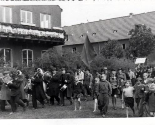 Umzug aus den 1960/70er Jahren (Quelle: Leegebrucher historische Blätter, Heft 4 und Archiv Geschichtsverein)