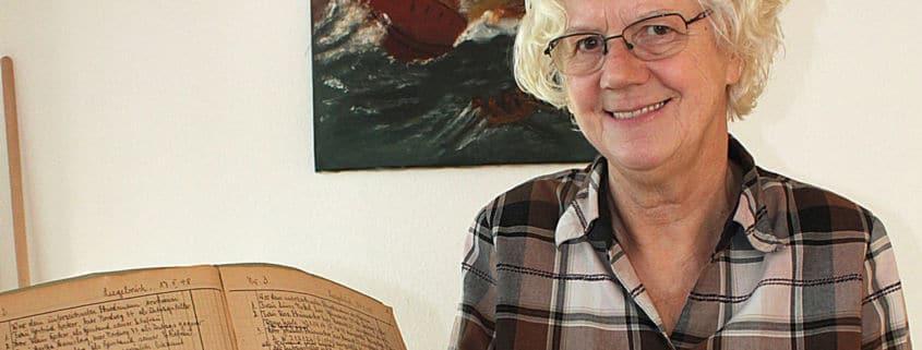 Schiedsfrau Brigitte Zunke freut sich über den gefundenen Schatz (Foto: Liane Protzmann)