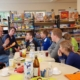 Gerhard Kurz erzählt den Kids von seiner Kindheit in der ehemaligen Quitzowstraße (Foto: Ulrike Unger)