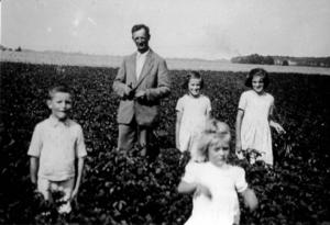 Familie Piepke auf dem Feld (rechts Irmgard) (Foto: privat)