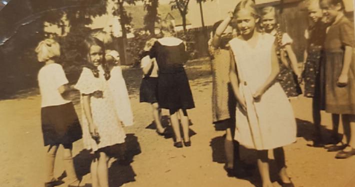 Irmgard (hinten, zweite von rechts) und Mitschülerinnen auf dem Schulhof (Foto: privat)