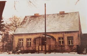 Haus Dorfaue 3 (Zunk). Bis auf die Änderungen am Dach beruht das Wohnhaus augenscheinlich auf der Bauzeichnung, Aufnahme nach 1928, da bereits elektrifiziert (Foto: Archiv Waldemar Zillig)