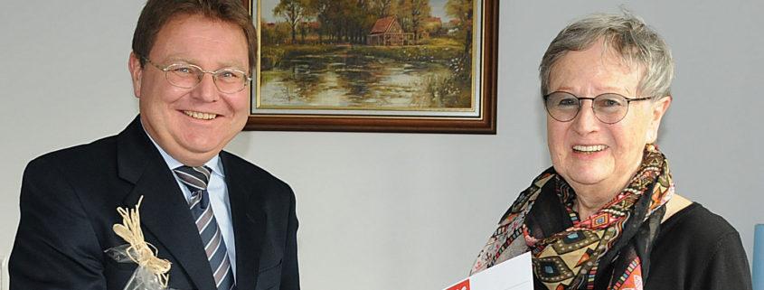Pandemiebedingt erfolgte die Auszeichnung nicht in einer größeren Veranstaltung beim Landkreis. Bürgermeister Martin Rother übernahm die Aufgabe sicher gerne. Vorgeschlagen wurde Ulrike Unger von der Gemeinde Leegebruch, dem Geschichtsverein und von der Linkspartei des Ortes. (Foto Hajo Eckert)