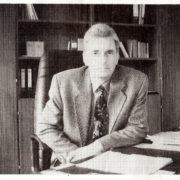 Bürgermeister Horst Eckert 1993 an seinem Schreibtisch im neuen Rathaus im Eichenhof (Wochenspiegel vom 24.2.1994)