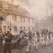 Karnevalsumzug 1990 vor dem damaligen Rathaus – zu DDR-Zeiten wie auch heute ein fester Bestandteil der närrischen Tradition
